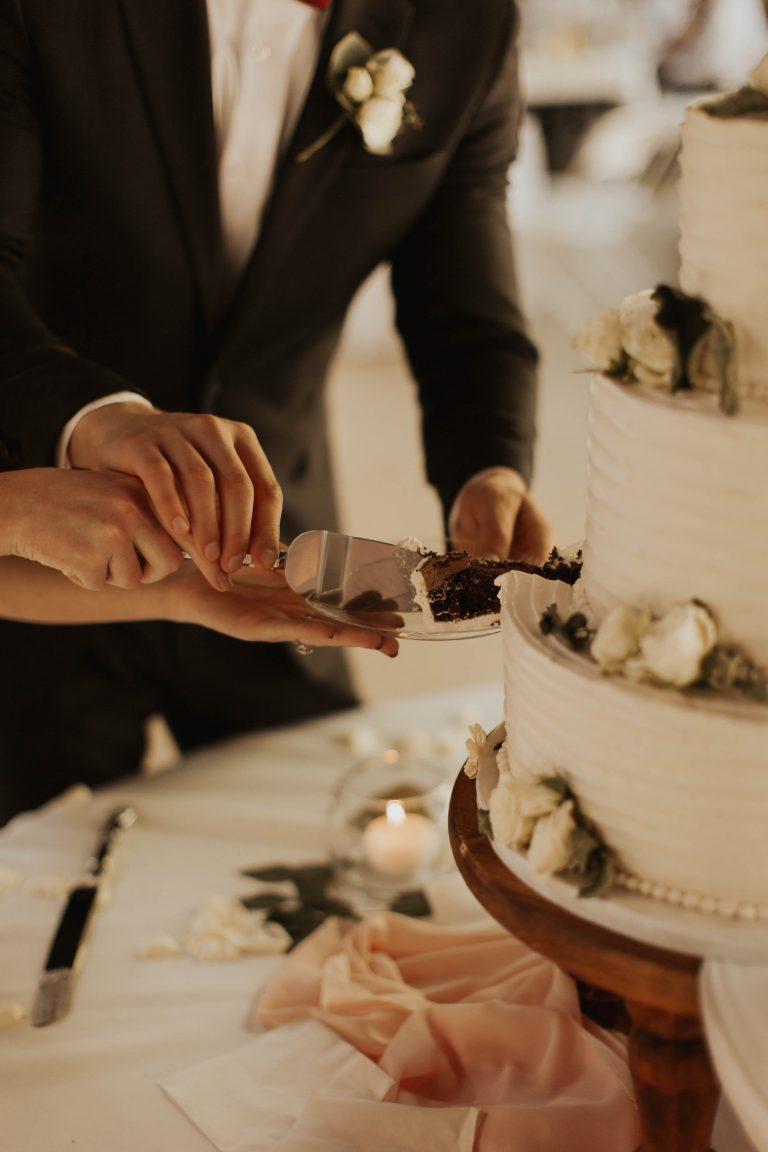 De bruidstaart aansnijden